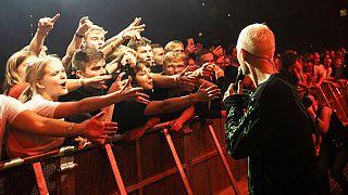 Στιγμιότυπο από την πρώτη συναυλία χωρίς μέτρα κατά του covid στη Δανία