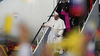 Le Pape François à la descente de son avion, le 12 septembre.