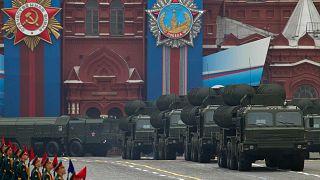 Rusya'nın başkenti Moskova'da Kızıl Meydanı'nda düzenlenen geçit töreninden geçen S-400 hava savunma sistemleri