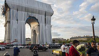 Impacchettato l'Arco di Trionfo parigino, opera postuma di Christo