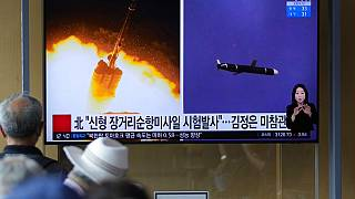 Güney Koreli vatandaşlar, Kuzey Kore'nin nükleer füze denemeleriyle ilgili haberi izliyor. (Yer: Seul)