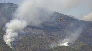 Varios hidroaviones tratan de sofocar las llamas en la ladera de un monte cerca de la localidad de Estepona.