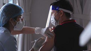خلال تطعيم أحد مواطني فيتنام