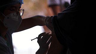 Ein Pfleger verabreicht eine Spritze des Moderna COVID-19-Impfstoffs in Vung Tau, Vietnam, Montag, 13. September 2021.