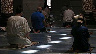 المسلمون يؤدون الصلاة بعد إعادة فتح مسجد الأرقم شوفالي في الجزائر العاصمة، السبت 15 أغسطس/آب 2020.