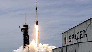 صاروخ سبايس إكس فالكون 9  مع مركبة دراغون 2 الفضائية على منصة 39A في مركز كينيدي للفضاء في فلوريدا.