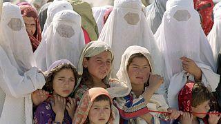 نساء أفغانيات وأطفال في مخيم للاجئين في محافظة تاخار شمال البلاد. 2001/10/05