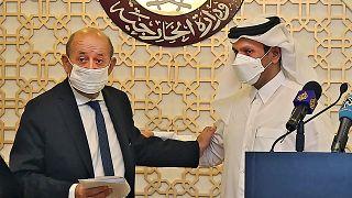 Le ministre des Affaires étrangères français Jean-Yves Le Drian lors d'une conférence de presse à Doha avec son homologue qatari Mohammed ben Abderrahmane Al-Thani le 13/09/21