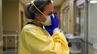 Eine Krankenschwester im Scotland County Hospital in Memphis in Schutzkleidung an. 24. November 2020