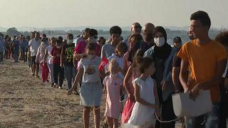 """أكبر سلسلة بشرية في تاريخ تونس"""" رفضا للتلوث البحري جنوب العاصمة"""