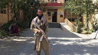 أحد أفراد حركة طالبان يقف لالتقاط صورة في ولاية بنجشير شمال شرق أفغانستان، الأربعاء 8 سبتمبر 2021