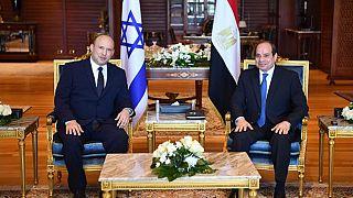 İsrail Başbakanı Naftali Bennett (sol), Mısır Cumhurbaşkanı Abdulfettah Sisi