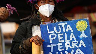 Indígena em protesto contra Bolsonaro em Brasília