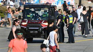 دورية للشرطة حيث يستمتع الناس بالطقس الدافئ في شاطئ سانت كيلدا في ملبورن حيث لا تزال المدينة في إغلاق لأنها تكافح متحور دلتا من فيروس كورونا، أستراليا، 2 سبتمبر 2021 ،