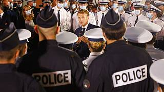 Emmanuel Macron en discussion avec des policiers lors de son déplacement à Marseille (sud de la France), le 01/09/2021