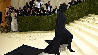 Wer trug das schwarze Sockenkleid bei der Met-Gala in New York?