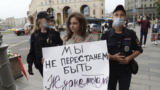 Полиция задерживает участницу одиночного пикета за права журналистов.