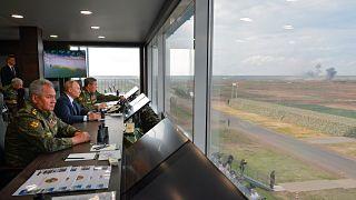 الرئيس الروسي فلاديمير بوتين يشاهد مناورات عسكرية روسية بيلاروسية مشتركة في منطقة نوفوغراد الروسية. 2021/09/13