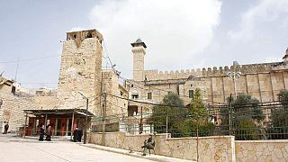 ضابط من شرطة الحدود الإسرائيلية خارج الموقع المعروف للمسلمين باسم المسجد الإبراهيمي واليهود باسم الحرم الإبراهيمي، في مدينة الخليل بالضفة الغربية، الأربعاء 16 فبراير 2011