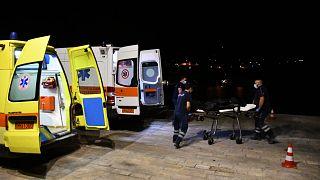 Yunan sağlık görevlileri, uçak kazasında hayatını kaybeden İsrail vatandaşı Haim Geron ve eşi Esther Geron'un cansız bedenini ambulansa götürürken