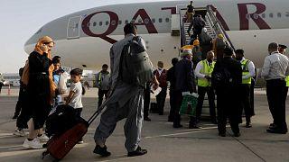 يركب الأفغان ذوو الجنسية المزدوجة على متن رحلة للخطوط الجوية القطرية في مطار كابول حامد كرزاي الدولي المتجه إلى الدوحة، 10 سبتمبر 2021