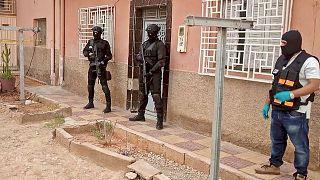 أعضاء المكتب المركزي للتحقيقات القضائية المغربي، الذي يشرف على عمليات مكافحة الإرهاب، يقفون خارج منزل في مدينة الراشيدية الجنوبية، المغرب، 14 سبتمبر 2021