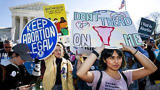 شاهد: أمريكيات ومكسيكيات يتظاهرن ضد مناقشة حق الإجهاض من طرف القضاة