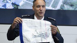 المتحدث باسم الشرطة توماس غيثنر يعرض بقايا الرقاقة المعدنية للبالون.