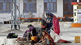 Imágen de archivo de mujeres lavando ropa en Kandahar