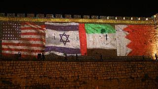أعلام الإمارات والبحرين وإسرائيل والولايات المتحدة على جدران البلدة القديمة في القدس