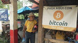 Un cartel anunciando que se aceptan bitcóin en El Salvador