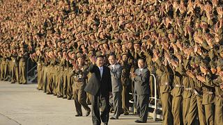 Kim Dzsong Un észak-koreai vezető a Koreai Munkapárt főtitkárával, katonák és a biztonsági erők tagjaival az ország alapításának 73. évfordulóján tartott ünnepségén