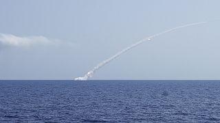 غواصة روسية تطلق صواريخ كروز باتجاه أهداف في سوريا في 2017
