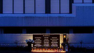 18 Kerzen für die Opfer des Germanwings-Crashs vor dem Joseph-König-Gymnasium in Haltern am See, 4.3.2020
