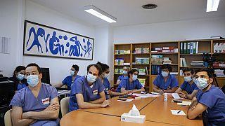 Fransa'da Covid-19 aşısı yaptırmayan 300 bin sağlık çalışanı mesai engeliyle karşı karşıya