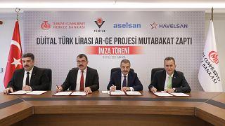 TCMB Başkanı Şahap Kavcıoğlu (soldan 3.) Dijital Türk Lirası için yapılan imza töreninde.