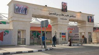 المدخل الرئيسي لمستشفى الأمير هاشم بن الحسين الميداني، في مدينة الزرقاء، شرق العاصمة عمان، الأردن، 8 ديسمبر 2020.