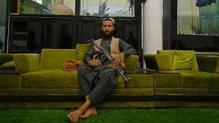 أحد أفراد حركة طالبان داخل القصر
