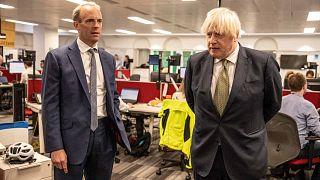 رئيس الوزراء البريطاني بوريس جونسون ووزير الخارجية البريطاني دومينيك راب في مكتب الشؤون الخارجية والكومنولث والتنمية بلندن، في 27 أغسطس 2021