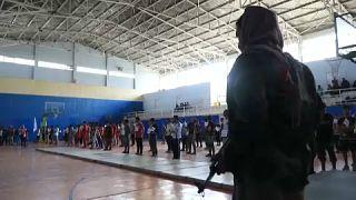 فتيان وشبّان ينفذون عروضاً رياضية أمام المدير الأفغاني للرياضة والتربية البدنية المعيّن حديثًا في أفغانستان بشير أحمد رستمزاي