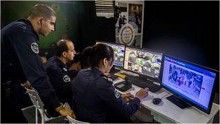 عناصر من الشرطة المغربية يراقبون على شاشات الحاسوب مواد مصوّرة