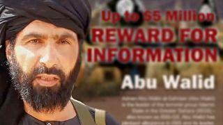 Une affiche offrant récompense contre informations menant à la capture d'Adnan Abou Walid al-Sahraoui, sans date