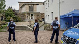 عناصر من الشرطة الألمانية يقفون أمام مبنى للطائفة للجالية اليهودية في هاغن. 2021/09/16
