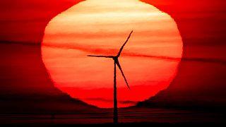 Sonnenaufgang hinter einem Windrad, Frankfurt, 15.09.2020