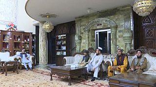 Talibanes en la lujosa residencia de Abdul Rashid Dostum, exvicepresidente de Afganistán