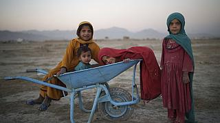 Afganistan'da iç göçe zorlananların kaldığı kamplarda oynayan çocuklar