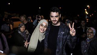 منى ومحمد الكرد بعد إطلاق سراحهما من قبل السلطات الإسرائيلية في حي الشيخ جراح، في القدس الشرقية التي ضمتها إسرائيل في 6 يونيو 2021.