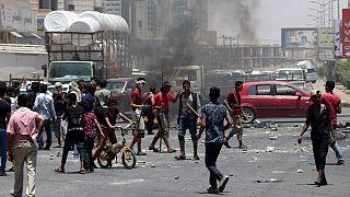صورة من الارشيف - متظاهرون يمنيون يغلقون طريقا احتجاجا على التضخم وارتفاع تكاليف المعيشة في مدينة عدن