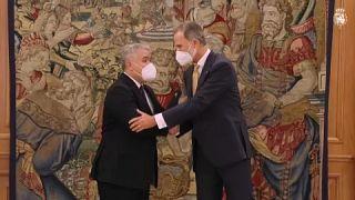 El rey Felipe VI saluda al presidente Iván Duque