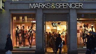 """أشخاص يمشون أمام متجر """"ماركس آند سبنسر"""" في منطقة الشانزليزيه وسط العاصمة الفرنسية باريس 12 تشرين الثاني/نوفمبر 2016"""